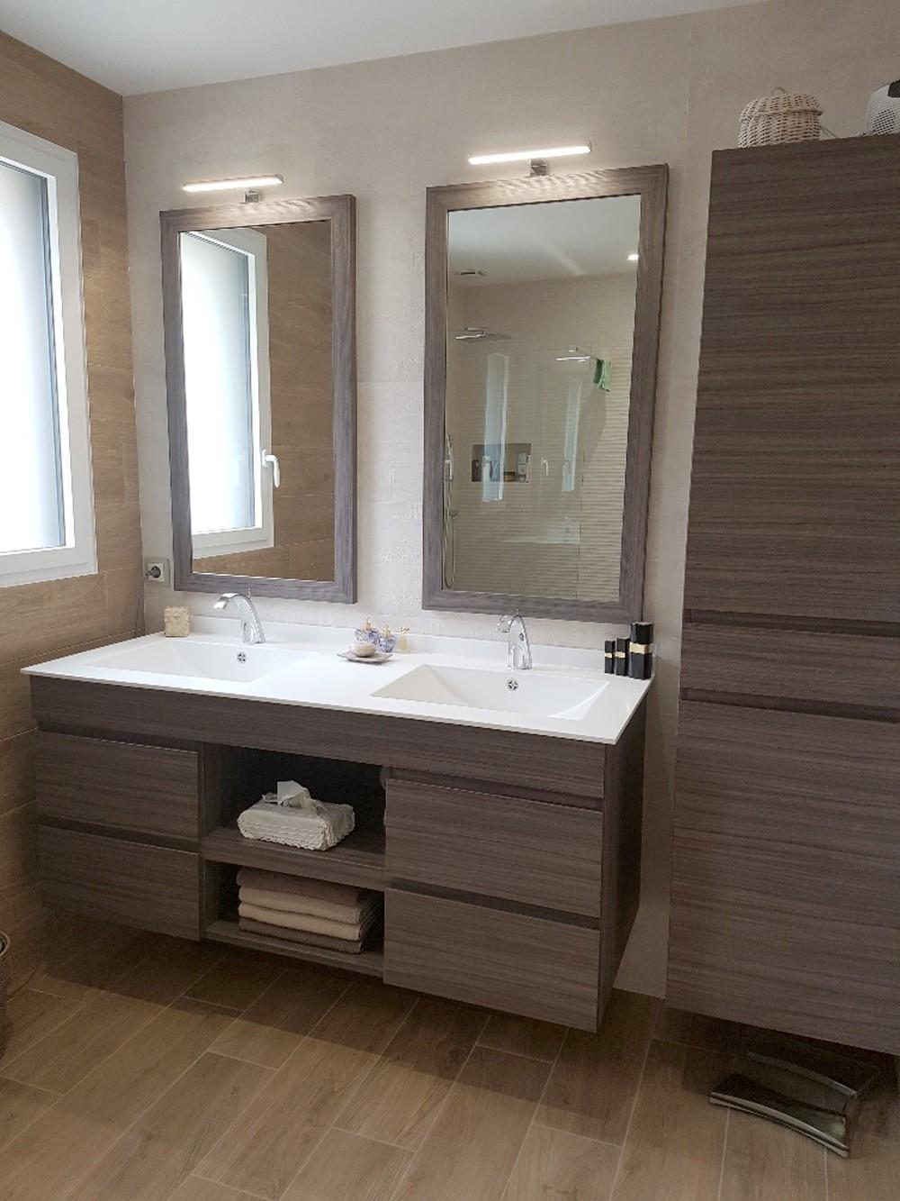 Salle de bain avec vasques en résine
