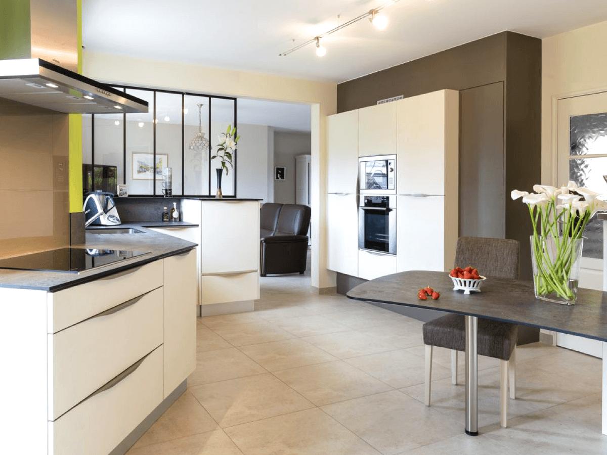 Une cuisine qui allie parfaitement rangement et circulation aux Ponts-de-Cé (49) – Guy, 50 ans